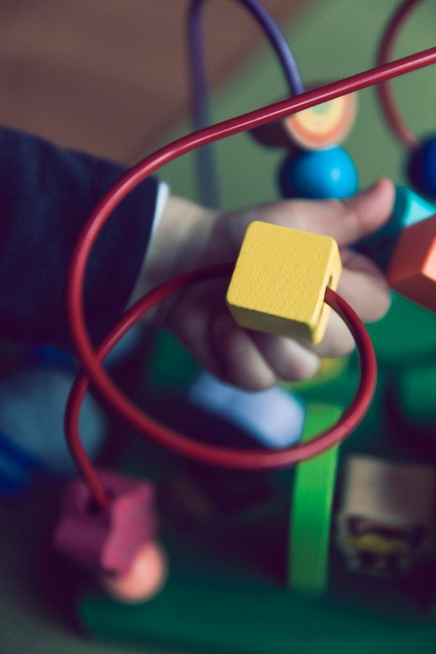 A madeira é um material muito utilizado para construir os brinquedos educativos Montessori